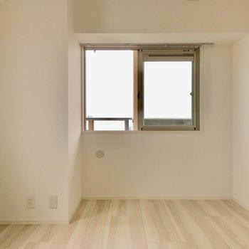 こちらは玄関横の6.8帖の洋室。(※写真は5階の同間取り別部屋のものです)