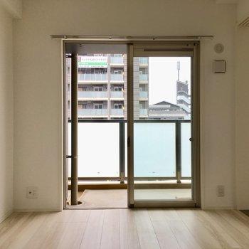 こちらの窓からもバルコニーに出入りできますよ〜!(※写真は5階の同間取り別部屋のものです)