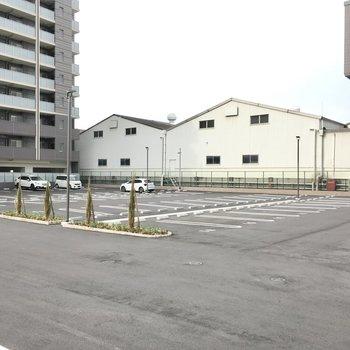 駐車場は建物裏側に。