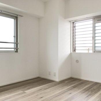 玄関横の6.8帖の洋室は2面採光。