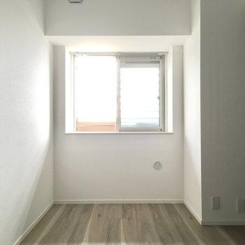 こちらは5.7帖の洋室。