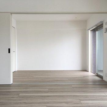 お隣は洋室5.7帖。扉を開けると開放感が有りますよね。
