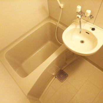 こちらはお風呂場2点ユニット式です。