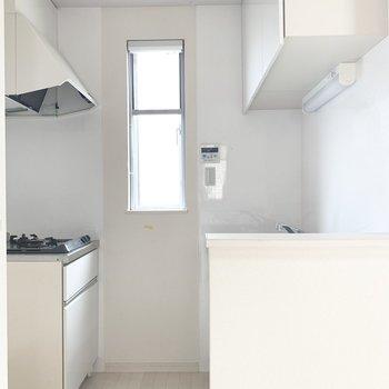 キッチンの小窓は突っ張り棒でカーテン付けるとオシャレだなあ♪