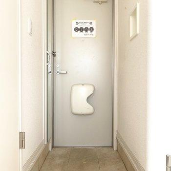 玄関は広くもなく狭くもない丁度いい広さ。