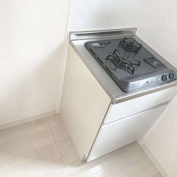 コンロはシンクの後ろに2つ、隣に冷蔵庫かな。