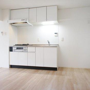 キッチン周りもゆったり※写真は3階同間取り別部屋のものです