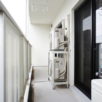 バルコニー、室外機の存在感はご愛嬌※写真は3階同間取り別部屋のものです