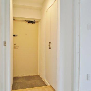 玄関から清潔感あります。※写真は3階同間取り別部屋のものです