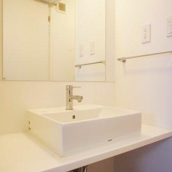 洗面台はシンプルでいい感じ※写真は3階同間取り別部屋のものです