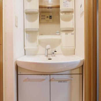 収納付きの独立洗面台。※写真は4階反転似た間取りの別部屋のものです