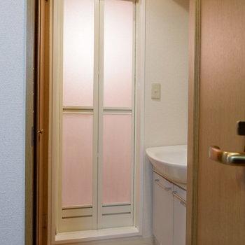 脱衣所もあります。※写真は4階反転似た間取りの別部屋のものです