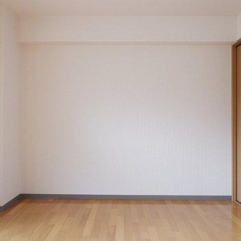 ゆったりシンプルな居室です。※写真は4階反転似た間取りの別部屋のものです