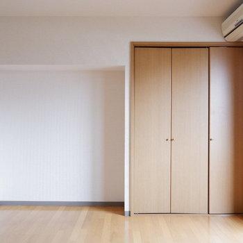 収納の横にはシェルフを置いてもいいですね◎※写真は4階反転似た間取りの別部屋のものです