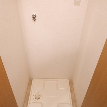 洗濯機置場は扉で隠せます。※写真は4階反転似た間取りの別部屋のものです