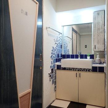 脱衣所を兼ねている洗面室。