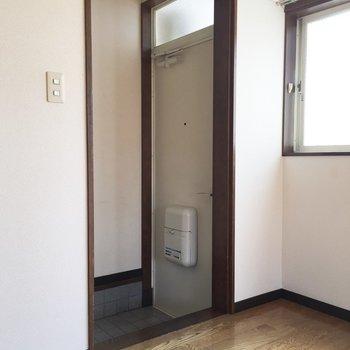 玄関はちょっと狭めかも。※写真は通電前のものです