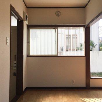 キッチン側から。こちらにも窓が。※写真は通電前のものです