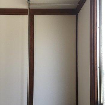 収納はこの棚のみ。この下にタンスとか置きたいですね。