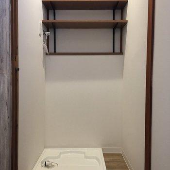洗濯機置場は玄関横です。