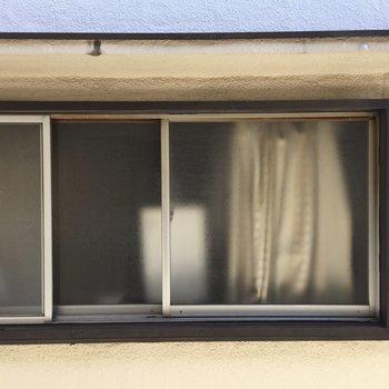窓からはお向かいさん。ちょっと気まずい…。