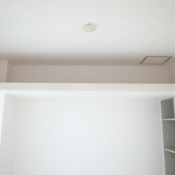 また、天井近くにも収納が!ボックスを入れたら整理整頓しながら仕舞えます。