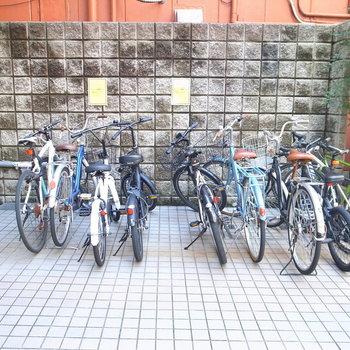 【共用部】マンションの入り口に駐輪場があります。