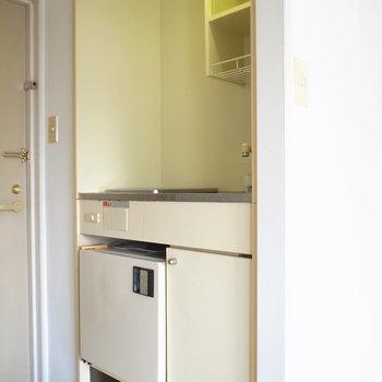 単身者向けサイズのキッチン。足元に冷蔵庫があります。