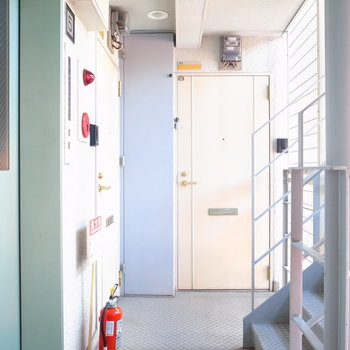 【共用部】エレベーターを出て左にお部屋があります。