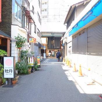 【周辺環境】マンションを出て左を向いたところ。商店街、ほんとにすぐそこなんです。
