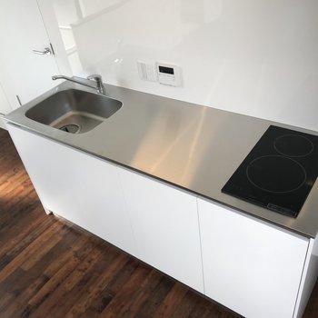 スタイリッシュなキッチン。作業スペースの広さが嬉しい。※写真は前回募集時のものです