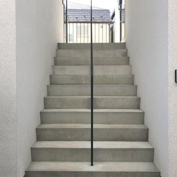 共用部。階段左がお部屋です。