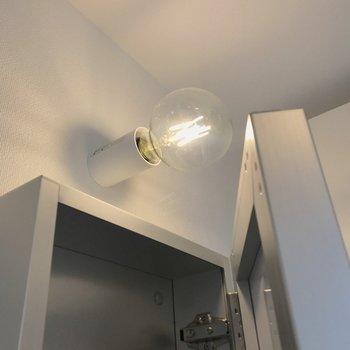 鏡の裏は収納。電球が可愛いんです。※写真は前回募集時のものです
