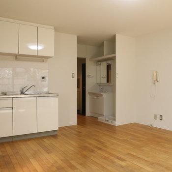 【LDK】窓側から。キッチンも十分な広さ