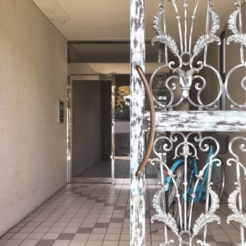 エントランスの扉はシャビーシックで可愛いの。