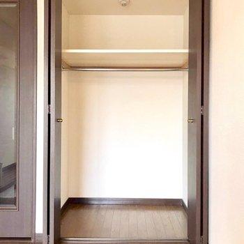 収納しやすそうなクローゼットは十分な広さ。※写真は3階反転間取り別部屋、モデルルームのものです