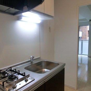 シンプルで使い勝手のいいキッチン※写真は3階の同間取り別部屋のものです