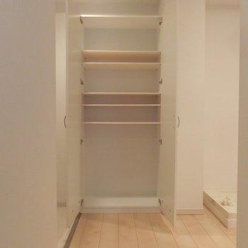 大容量のシューズボックス※写真は3階の同間取り別部屋のものです