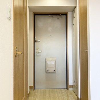 左のドアから水回りへ。右はクローゼット。(※写真は13階の同間取り別部屋のものです)