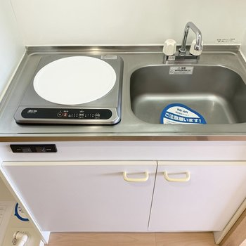 キッチンは1口IHタイプ。(※写真は13階の同間取り別部屋のものです)