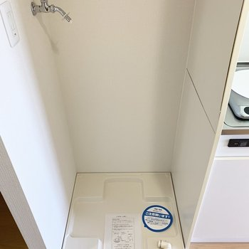 お隣は洗濯機置場。(※写真は13階の同間取り別部屋のものです)