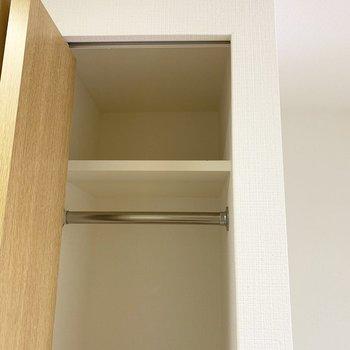 棚とハンガーパイプ付いてますよ。(※写真は13階の同間取り別部屋のものです)