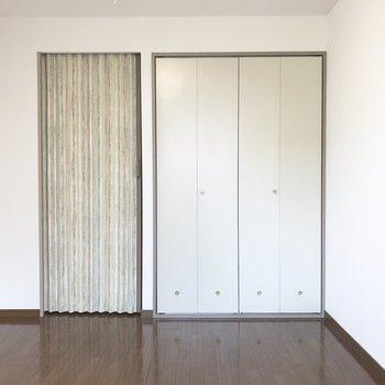 広めの収納が付いていますよ。※写真は3階の反転間取り別部屋のものです