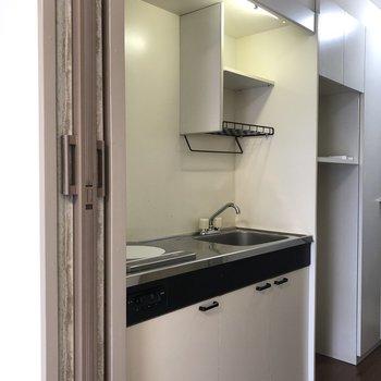 IH1口コンロのコンパクトなキッチンです。簡単料理が上手になりそうですね。※写真は3階の反転間取り別部屋のものです