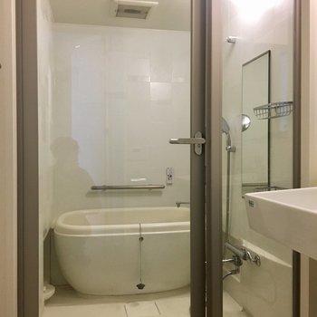 ガラス張りの浴室は