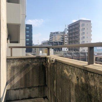 大博通りの反対側の窓には、ベランダもあります!