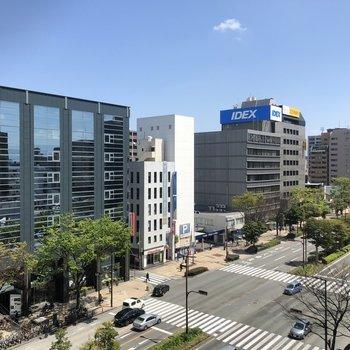 【7階ラウンジ】街路樹もキレイな通りを見渡せます!