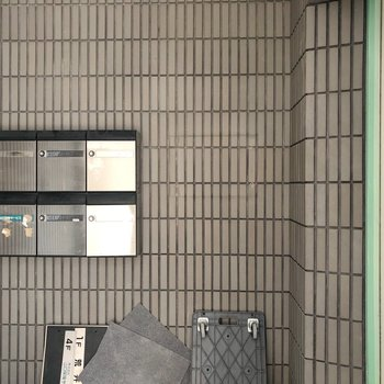 【工事中】1階のエントランスには、メールボックスがあります。