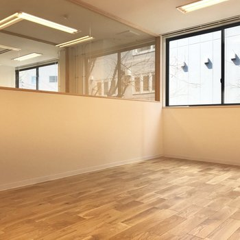 【工事中会議室】ここは利用者様が誰でも使える会議室。来客も可能なので、外部の人にもおもてなしの心を。
