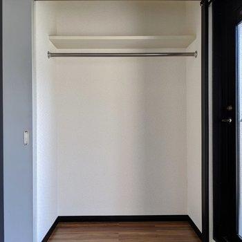 右の扉を開けるとクローゼット!容量も◎